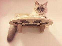 Mensola per gatti intagliata con tessuto