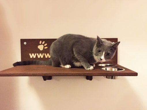 Mensola per gatto con ciotole in legno